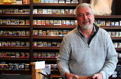 Zigarren Hessberger Geschäftsführer Jürgen Hoffmann zu finden in seinem Zigarren Laden in Bielefeld
