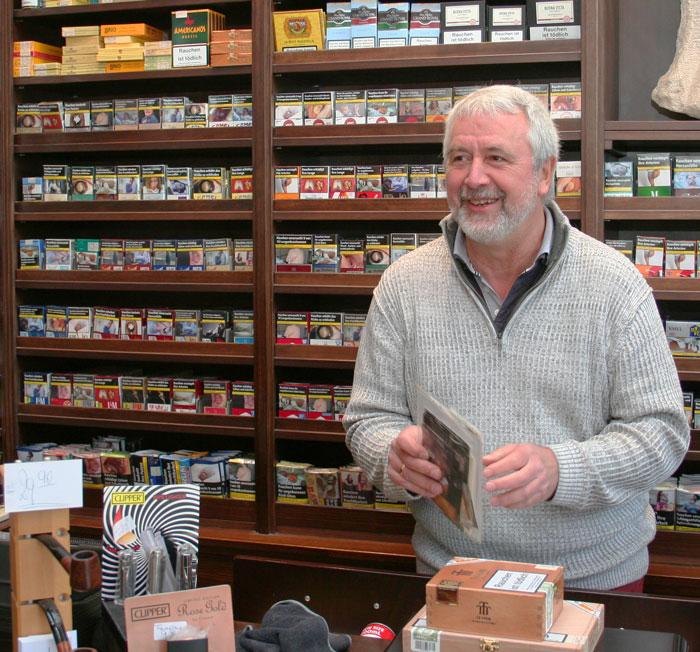 Zigarren Hessberger Inhaber Jürgen Hoffmann in seinem Zigarren Laden in Bielefeld